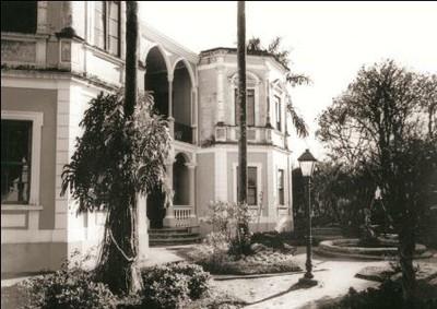 Vista frontal da casa-grande
