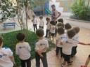 Crianças investigam animais que vivem em jardins