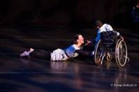 Cegos, cadeirantes e bailarinos renovam a linguagem da dança