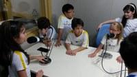 Estudantes aprendem na prática como os rádios funcionam