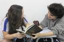 Garoto e garota leem Morte e Vida Severina